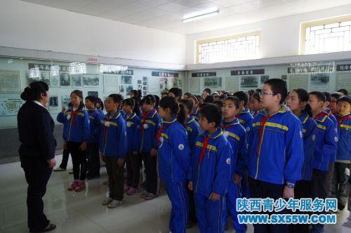 西安市庆华小学师生祭扫杨虎城将军烈士陵园